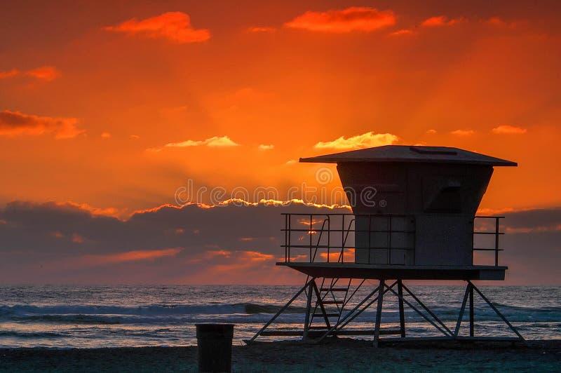 索拉纳与救生员塔的海滩日落 图库摄影