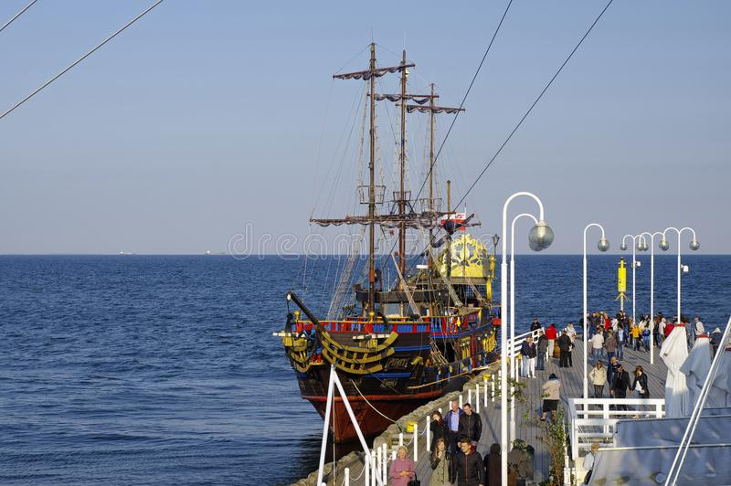 索波特,波兰:2017年9月30日:海盗galleon靠码头在木码头在索波特 这是galleon的拷贝并且是我们 免版税库存照片