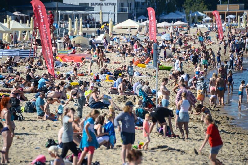 索波特,波兰2016年8月24日 在波兰海边的一个拥挤海滩在普遍的海滨城市索波特 非常高强度  库存图片