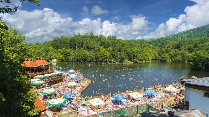 索瓦塔,罗马尼亚- 2018年8月5日:有heliothermal湖的Ursu山区度假村索瓦塔的,特兰西瓦尼亚,罗马尼亚 免版税库存照片