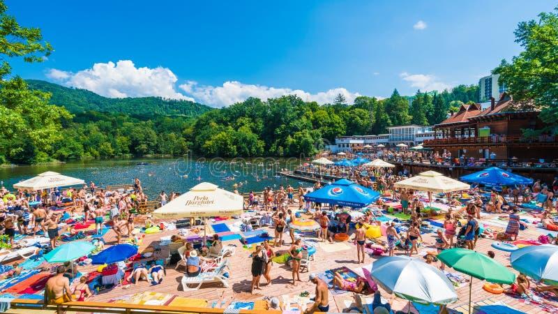 索瓦塔,罗马尼亚- 2018年8月5日:有heliothermal湖的Ursu山区度假村索瓦塔的,特兰西瓦尼亚,罗马尼亚 图库摄影