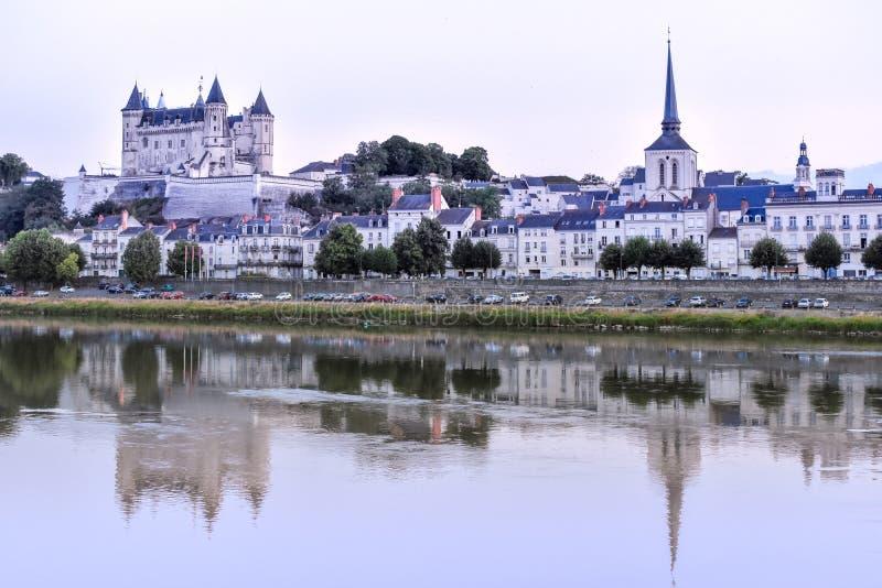 索米尔的看法从河岸的在黄昏,与城堡在背景中 ??Loire Valley 库存图片