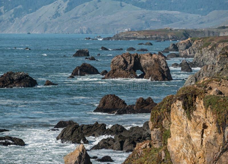索诺马县海岸线,被成拱形的岩石 免版税图库摄影