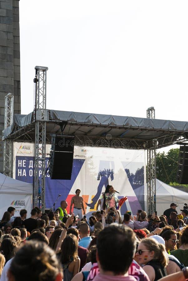 索非亚,保加利亚/2019年6月10日:LGBT自豪感节日 在自豪感党的音乐会在索非亚,有保加利亚流行音乐伙计歌剧女主角的保加利亚 库存图片