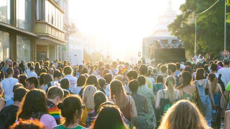 索非亚/保加利亚- 2019年6月10日:上千群众被会集庆祝LGBT荣誉星期初期  参加者挥动彩虹 免版税库存照片