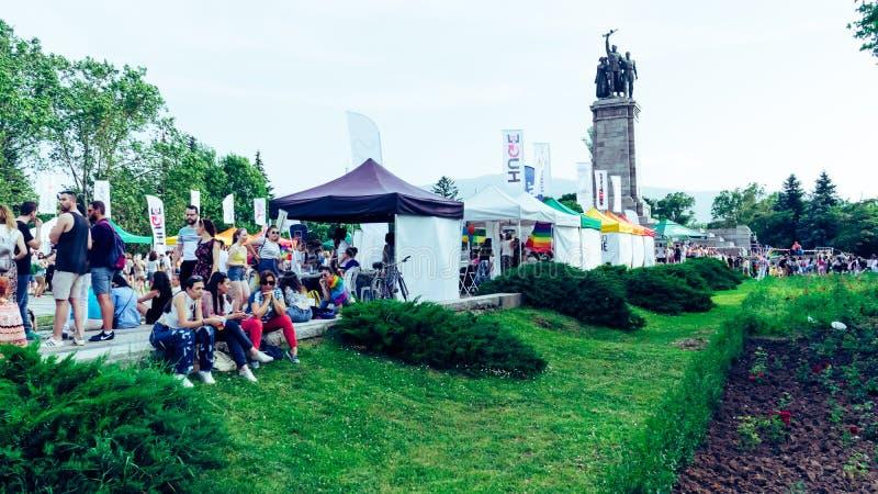 索非亚/保加利亚- 2019年6月10日:人LGBT节日的在索非亚 年轻人休息,坐在地板与 免版税库存图片