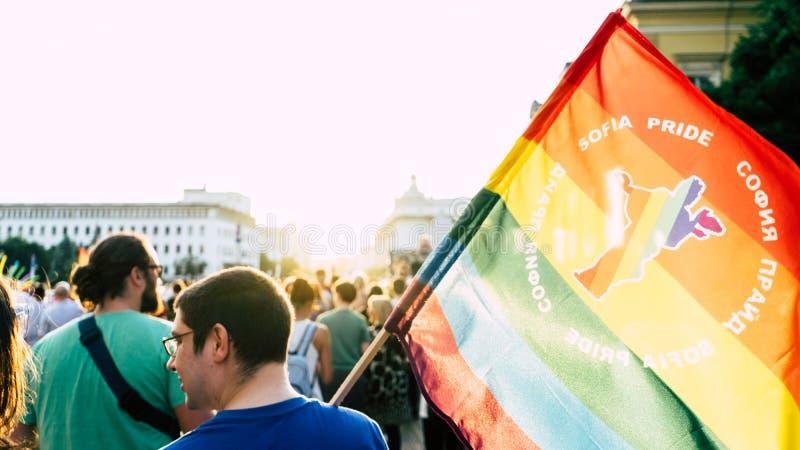 索非亚/保加利亚- 2019年6月10日:拿着在索非亚自豪感3月的人大彩虹旗子走在街道 免版税图库摄影