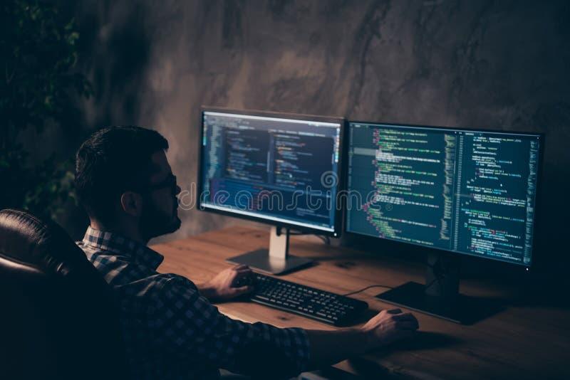 紧密后面后方在英俊的照片后他他他的人编码人键入的键盘发展外包IT处理 免版税库存照片
