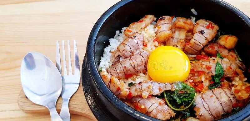 紧密搅拌油煎的泰国蓬蒿用在热的黑碗的小龙虾和卵黄质鸡蛋 免版税库存图片