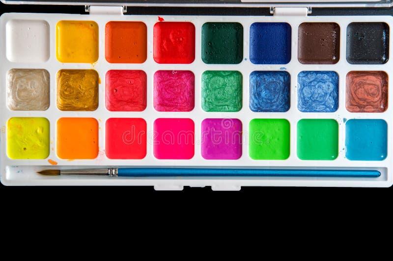 紧密,平的位置 o 多彩多姿的水彩和刷子调色板  r 免版税库存图片