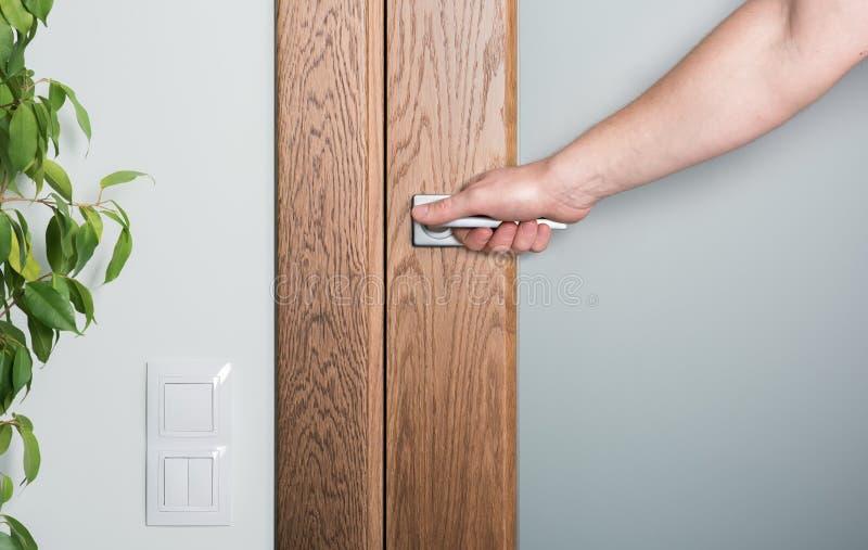 紧密-内部元素 开放的门 现有量人s 图库摄影