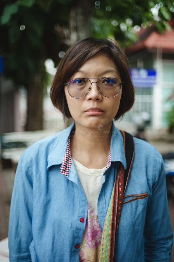 紧张心情的亚裔妇女 免版税库存照片