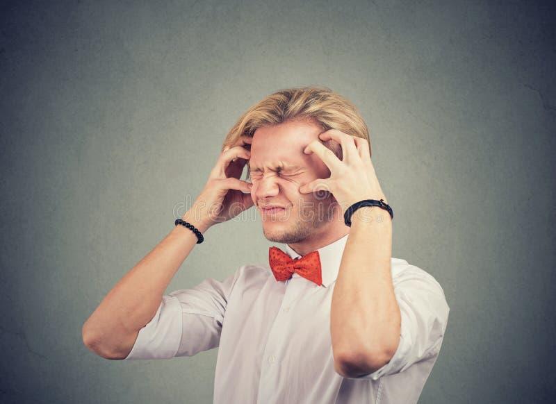 紧张焦虑的男人感到不知所措 免版税库存照片