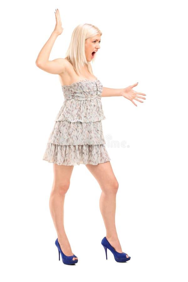 紧张白肤金发女性呼喊 免版税库存照片