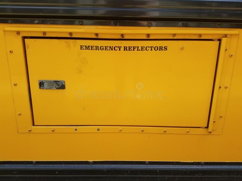 紧急反射器在黄色校车的门签字 库存图片