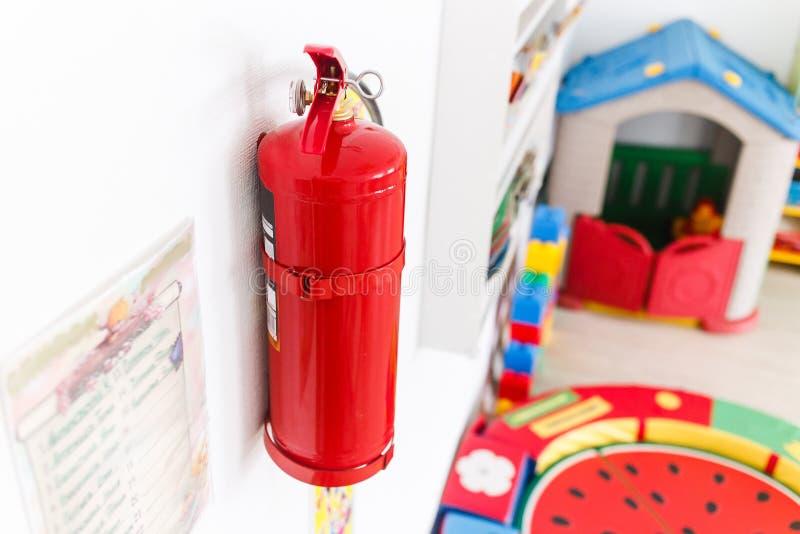 紧急应变的灭火器在幼儿园 图库摄影