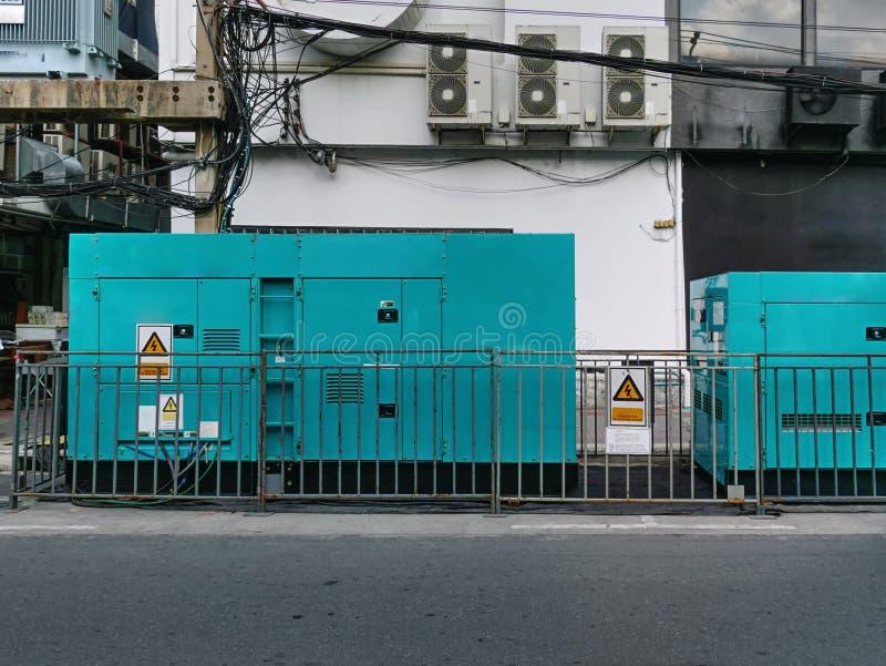 紧急电力发电器机动分队在站点的 免版税图库摄影