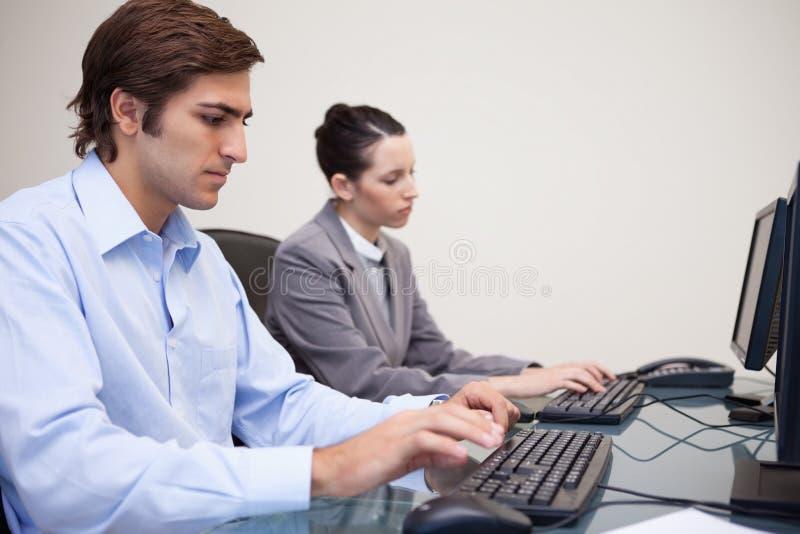 Download 紧挨着工作企业的小组 库存照片. 图片 包括有 工作场所, 工作, 员工, 使徒, 白种人, 执行委员, 经理 - 22350086