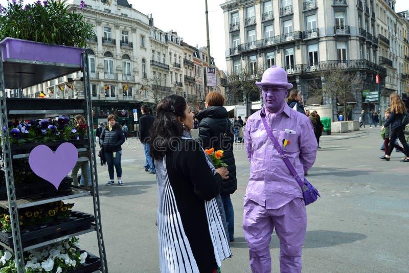 紫外卖花人在Place de la Bourse在布鲁塞尔 免版税库存图片