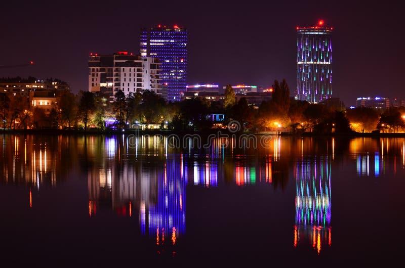 紫罗兰点燃与水反射的夜场面 图库摄影