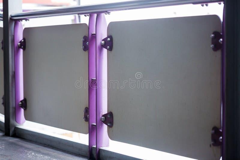 紫罗兰绘了金属板紧固与螺栓和不锈的nu 库存图片