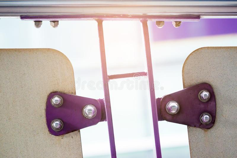紫罗兰绘了金属板紧固与螺栓和不锈的nu 免版税库存图片