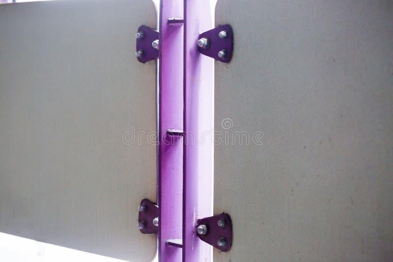 紫罗兰绘了金属板紧固与螺栓和不锈的nu 库存照片