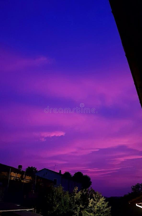 紫罗兰色日落 免版税库存图片