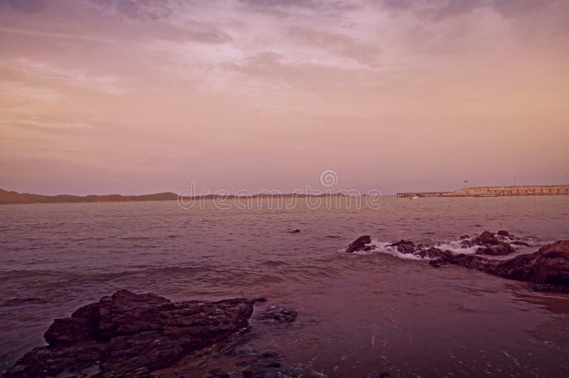 紫罗兰色海景口气的美丽的景色 免版税库存照片