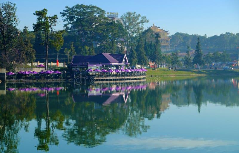 紫罗兰色湖边咖啡馆,遮阳伞在湖,大叻市反射市中心 免版税库存照片