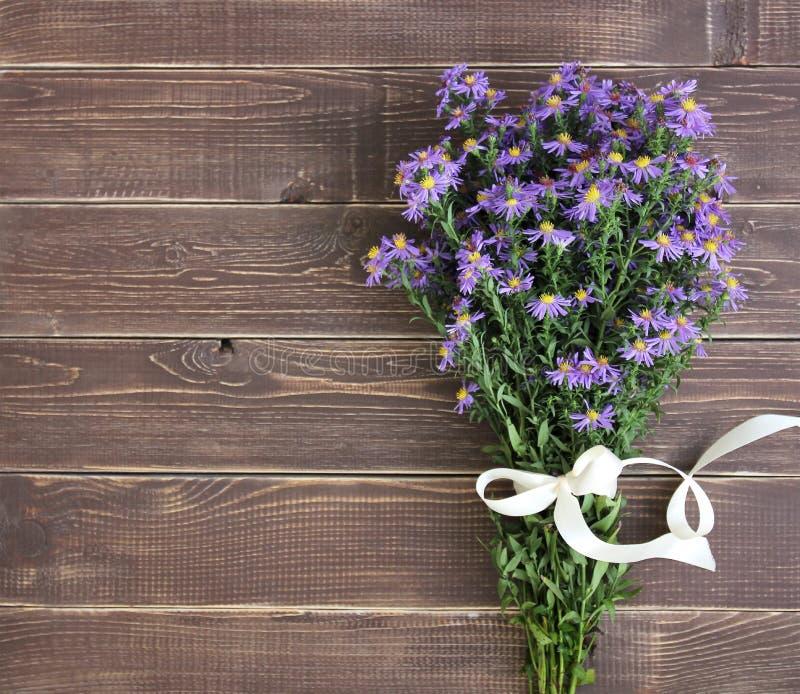 紫罗兰色颜色花束在木背景的 免版税库存照片