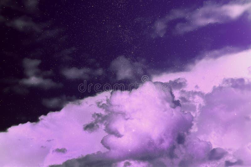 紫色不可思议的天空 梦想 奇迹 满天星斗的天空云彩 天堂 图库摄影