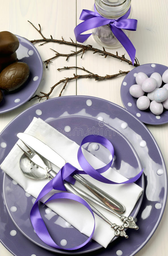 紫色主题复活节正餐、早餐或者早午餐表设置,垂直的鸟瞰图。 免版税库存照片