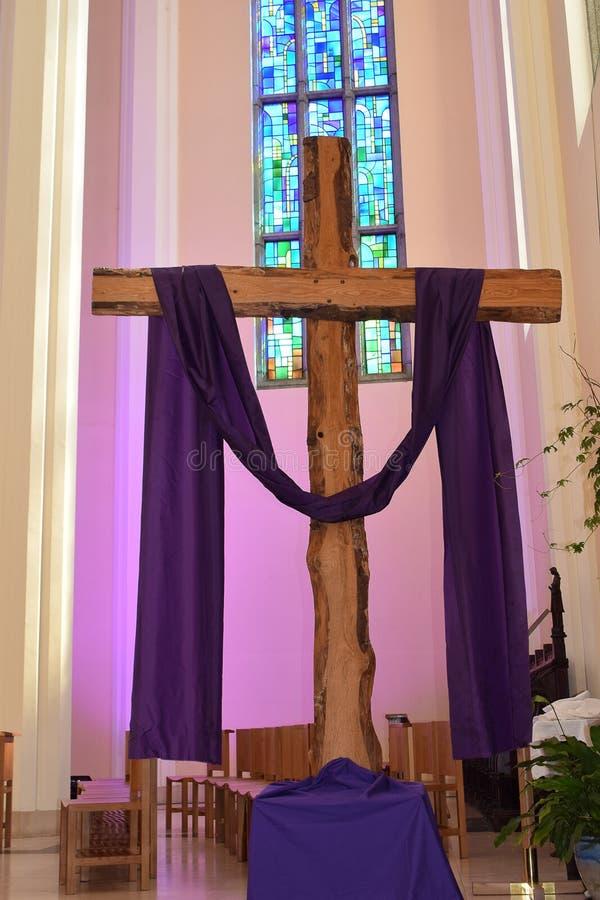 紫色十字架污迹玻璃窗 库存照片