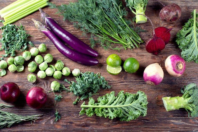紫色和绿色新鲜蔬菜 免版税库存照片
