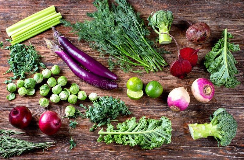 紫色和绿色新鲜蔬菜 库存照片