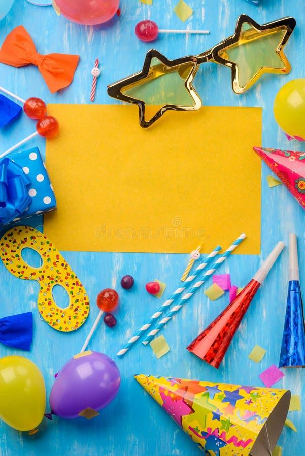 紫色和黄色气球,卡片 库存图片