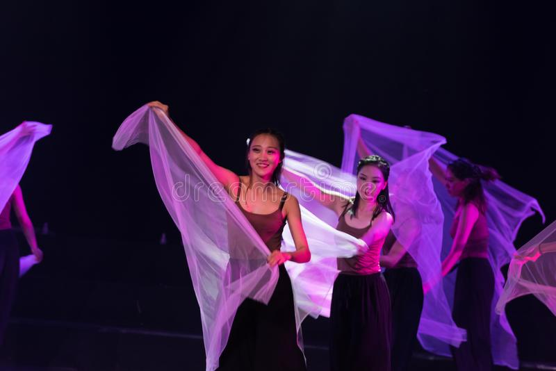 紫色围巾1--舞蹈戏曲驴得到水 免版税库存照片