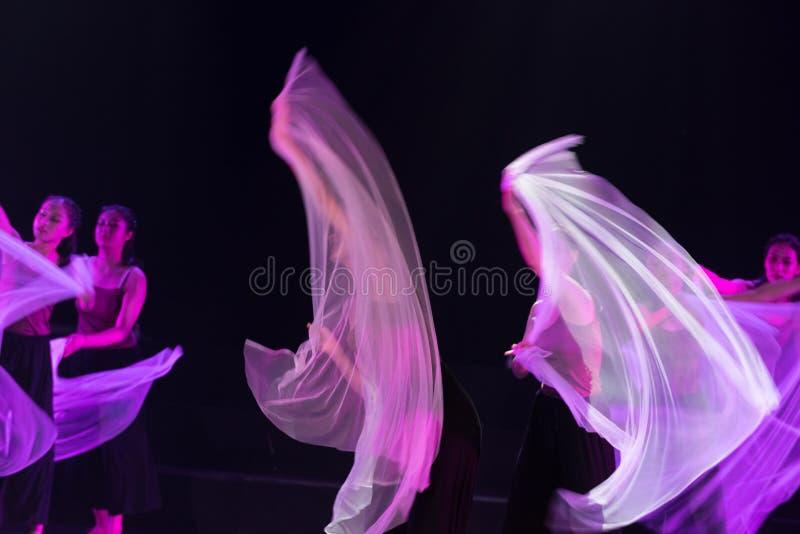 紫色围巾4--舞蹈戏曲驴得到水 免版税库存图片