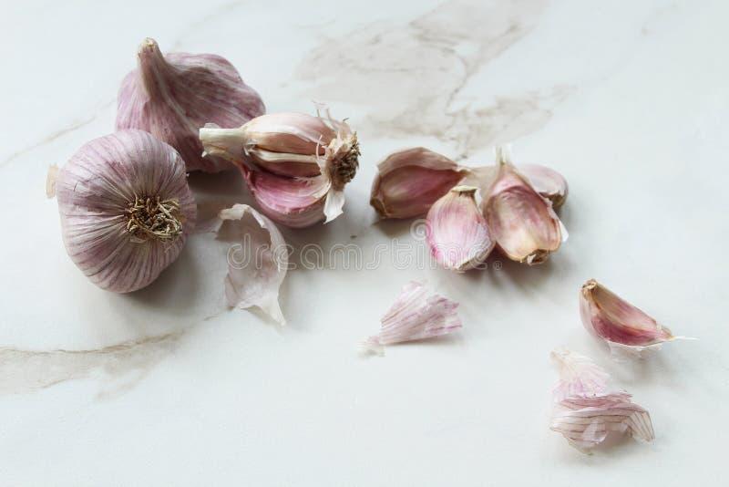 紫色大蒜准备 免版税库存照片