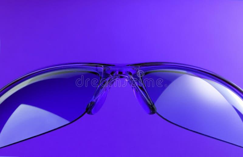 紫色太阳镜 库存图片