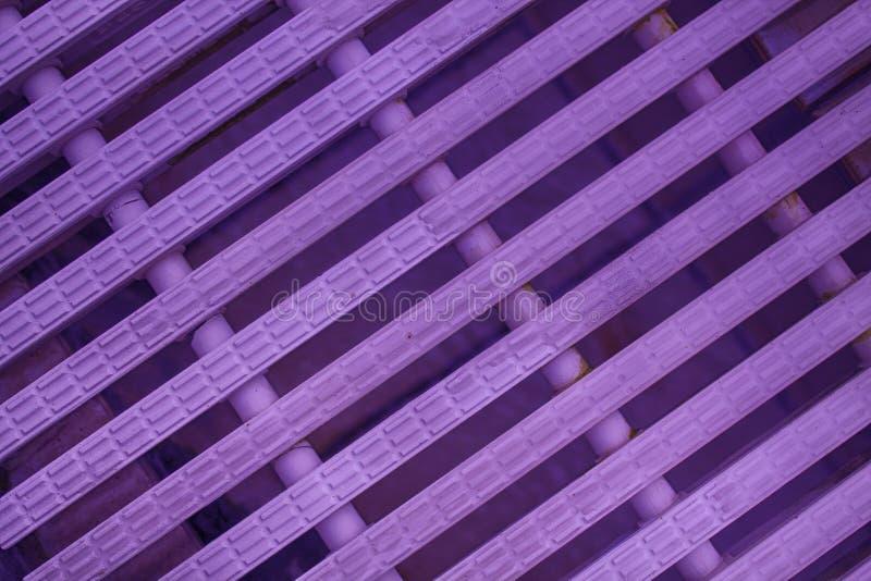 紫色抽象滤网背景白色颜色现代塑料破折线 免版税图库摄影