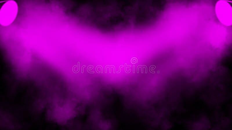 紫色放映机 与烟的聚光灯阶段在黑背景 r 免版税库存照片