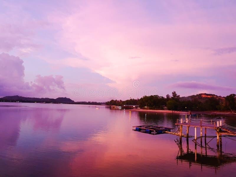 紫色日落视图在河边 库存图片