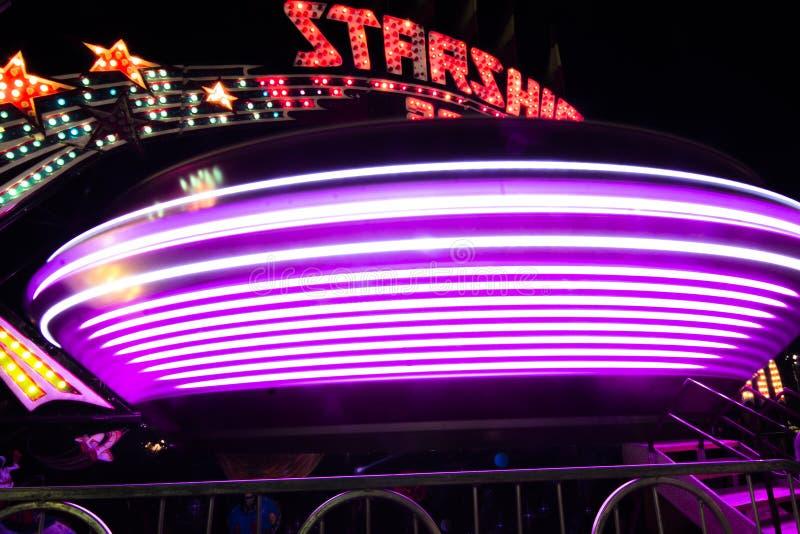紫色明亮的状态公平的乘驾 免版税库存照片