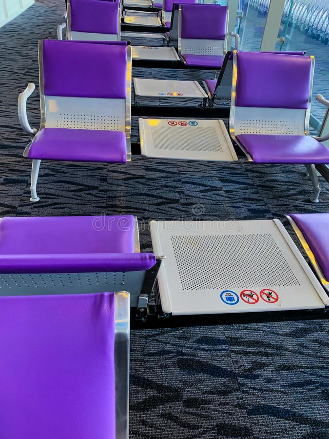 紫色椅子行在机场 免版税库存照片