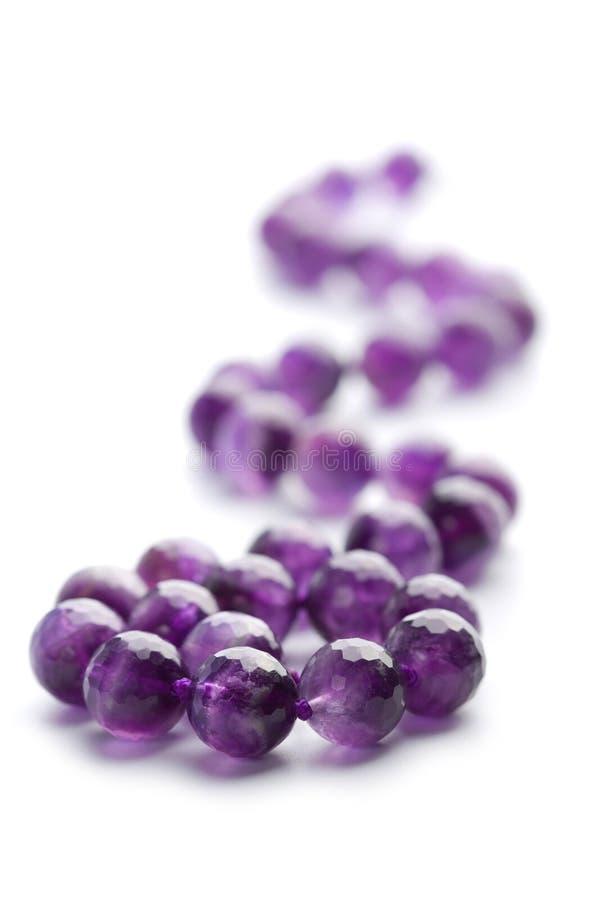 紫色的查出的项链 免版税库存图片