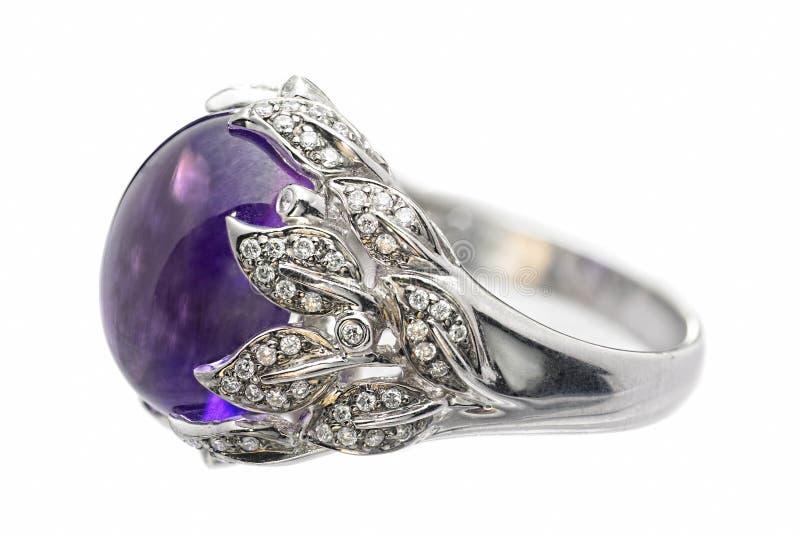 紫色的金刚石金戒指白色 库存照片