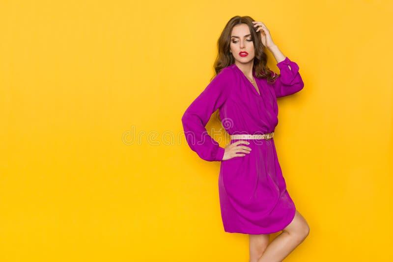 紫色礼服的美女看在Sholuder 库存照片