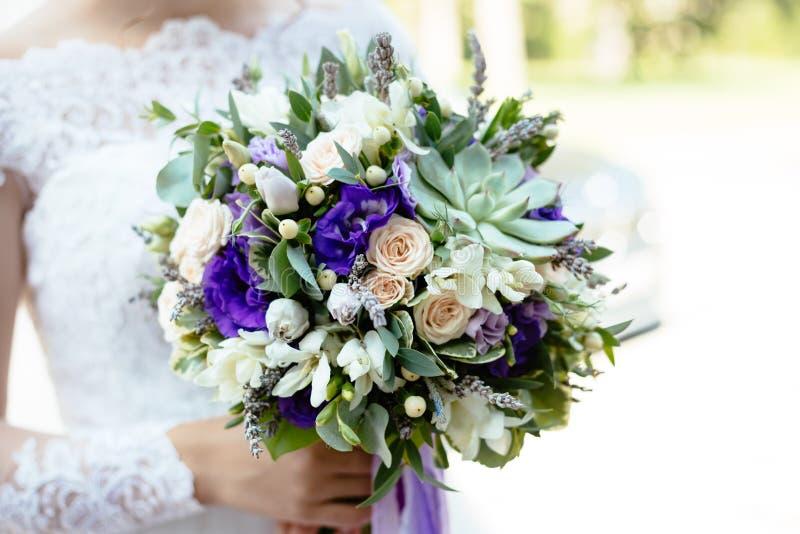 紫色绿色多汁花婚礼花束 免版税库存照片